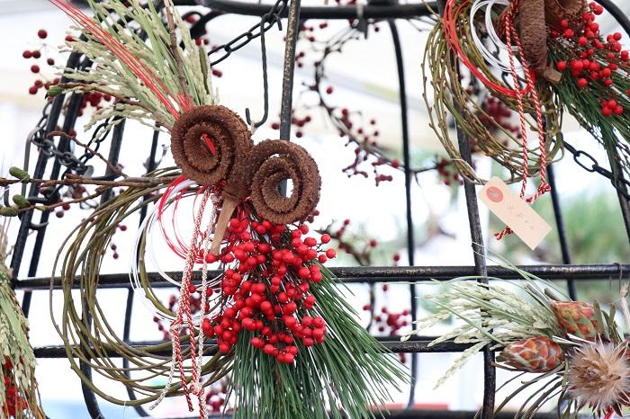 オリジナルのお正月飾りも素敵で、お客様が購入されているシーンに出会いました。