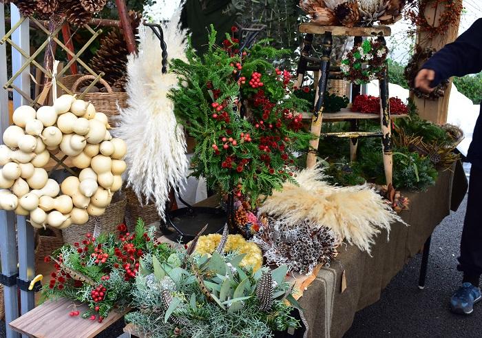 静岡市の花屋、花かんさん。  エバーグリーンのクリスマスリースや、一年中飾れるドライリースが美しく並んでいました。