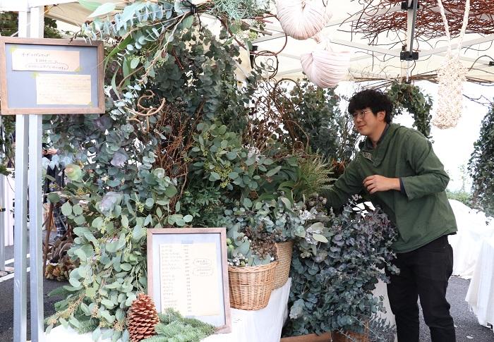 店舗を持たない花屋 ぼたんさん。  当日は、オーダーメイドのスワッグを作ってもらえました。ユーカリの良い香りがお店の前にただよっていましたよ。