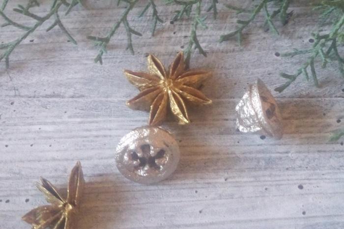 クリスマスのキャンドルアレンジの作り方のコツをまとめました。 キャンドルを中心に丸いフォルムを意識してグリーンを挿していく 最終的にこんもりと半球のようなフォルムを意識するときれいに仕上がる キャンドルにワイヤーをセットする際はきちんと熱することが大事