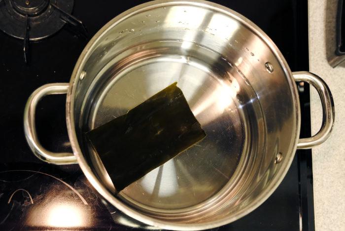 鍋に水を800cc入れ、一緒に昆布を入れて弱火で火にかけます。