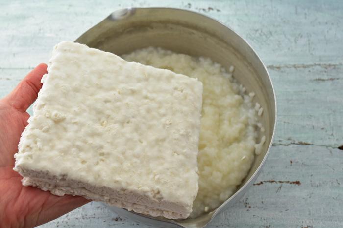出来上がったおかゆに米麹を入れます。  ここでひとつ注意したいことがあります!  出来上がったおかゆは、60度以下になってから米麹を入れます。  麹の菌は高温には弱く、60度以上だと死滅してしまうからです。いくら時間がたっても発酵しなかった・・・という方は、出来たばかりの熱いおかゆに麹をいれてしまったからかもしれません。