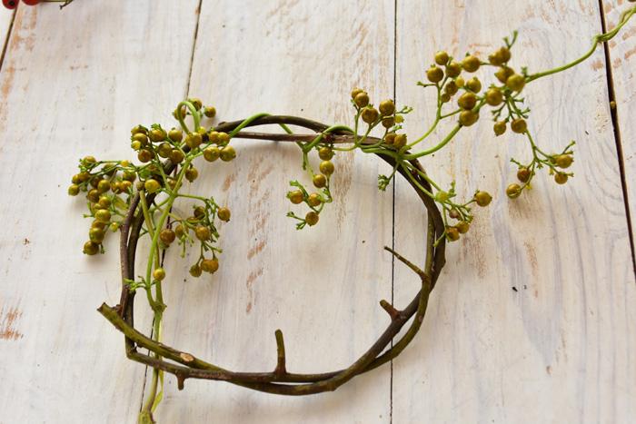 ヘクソカズラのツルを野バラにくるくると巻き付けます。密に詰めれば実がたっぷりとして見えます。他の植物を入れたいなら、間隔をあけて絡めていきます。  土台にする野バラのツルは木なので、しっかりとした土台になります。グリーンや重さのある実などをつけたい場合は、こちらの作り方がおすすめです。  ヘクソカズラは、リースの仕上げに絡めても素敵な雰囲気に仕上がります。