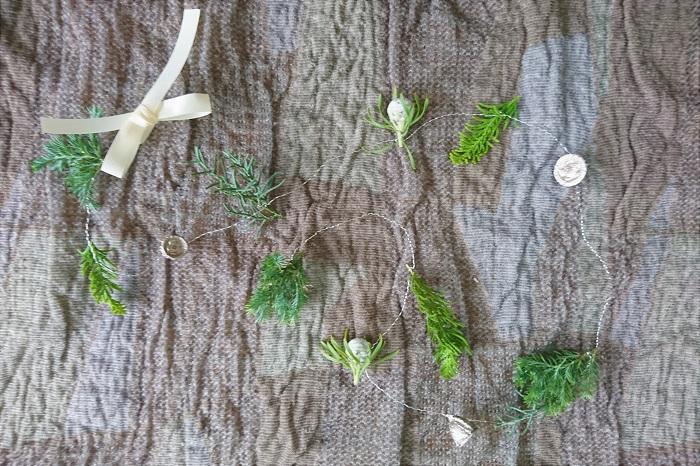 コツは葉や実が等間隔にならないようにすること。2~3㎝の間隔で付いているところもあれば、5㎝以上間隔が空いているところもあるように。葉と実のバランスも不均等な方が、軽やかさが出ます。