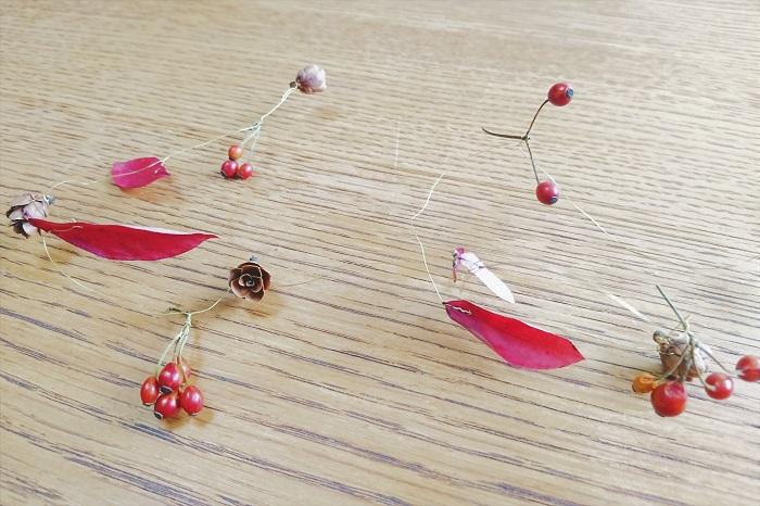 根元で2回捻って固定します。野バラの実は枝を小分けにして、枝に引っ掛けるようにして固定します。