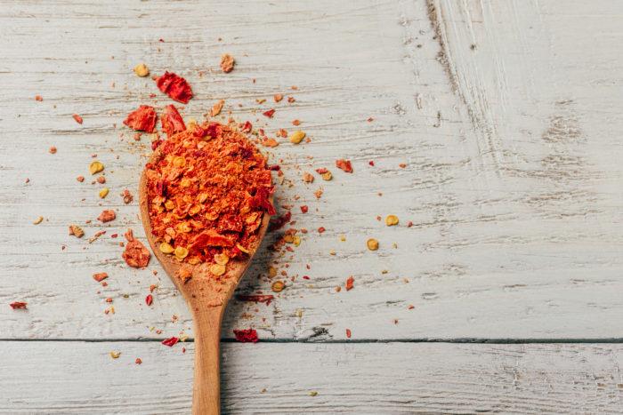 ナス科トウガラシ属  原産国 中南米  トウガラシは辛味の強い香辛料です。日本へはポルトガルから室町時代に伝わってきた香辛料として、蕎麦に使うときには、乾燥させ、すり潰し粉にした唐辛子を使用します。  蕎麦に合う調味料 蕎麦のたんぱくで独特な香りは、合わせる調味料によって其々の香りや味に変化し、深い味わいを楽しむ事が出来ます。  ネギ、大根、唐辛子、山葵(わさび)この代表的な蕎麦と一緒にいただく調味料は、古い時代に日本へ渡って来た薬味ですが、渡ってきた其々の時代には薬用として、貴重な薬草として栽培されていましたが、江戸時代になると一般的にも栽培が盛んになり、大衆にも手に入りやすい野菜となったようです。蕎麦が江戸へ運ばれ、年越し蕎麦が始まった頃と同時だという事も、蕎麦と薬味が共に食文化として伝わってきたことがわかります。
