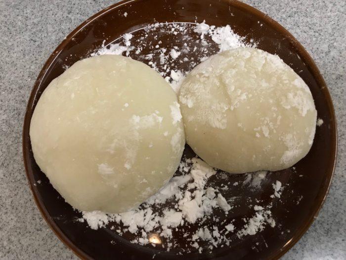 まとめた餅を大、小、大きさを変えて2つにわけて丸めます。わけた後に片栗粉をまぶしておくと、手につかず扱いやすくなります。