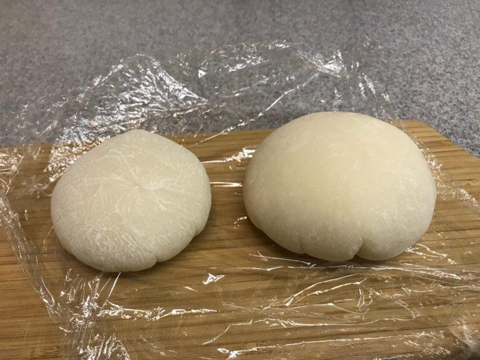 お餅の量にもよりますが、1~2日で固くなりますので、サランラップの上から餅を触ってみると固くなっているのが確認できます。固くなったらサランラップを外してみましょう。