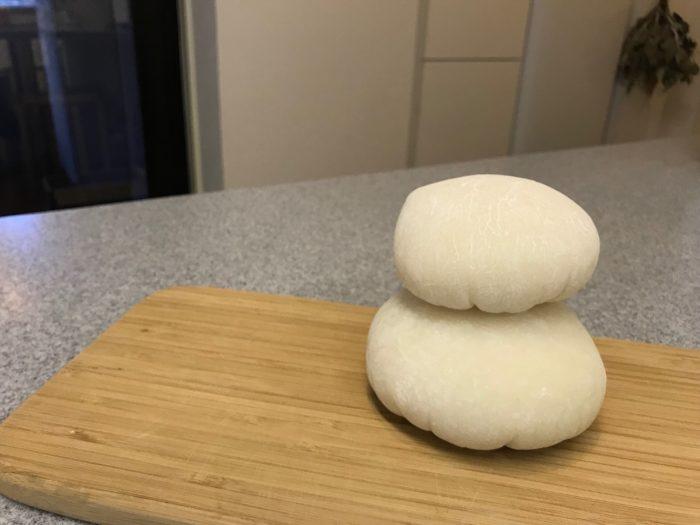 サランラップから外した餅を重ねたら出来上がりです。