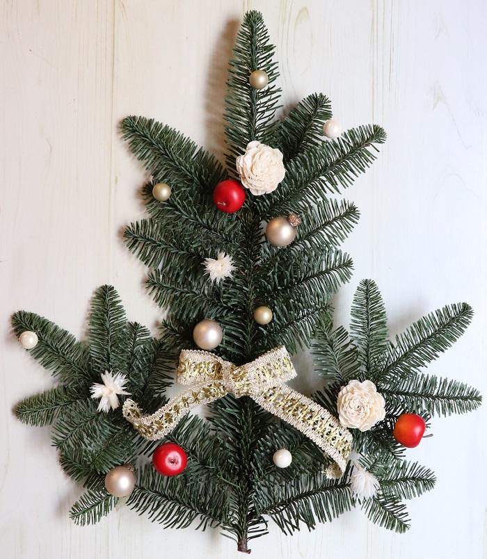 もみの枝は、上向きにするとクリスマスツリーの形に見えませんか?  まず、飾り付けのパーツを付ける場所を考えて、仮置きしてみます。パールなどにワイヤーがついているものは、グルーで付けやすいように短くカットしておきましょう。