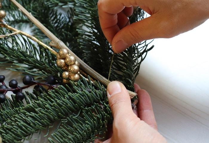 長めのパーツはワイヤーを使ってもみの枝と一緒にまとめます。麻紐などで結んでも大丈夫です。