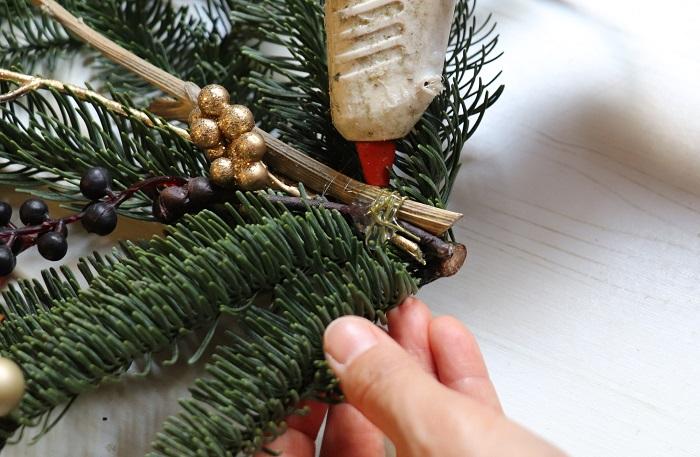 もみの枝からパーツがはずれてしまわないように、グルーで固定しておくと安心です。