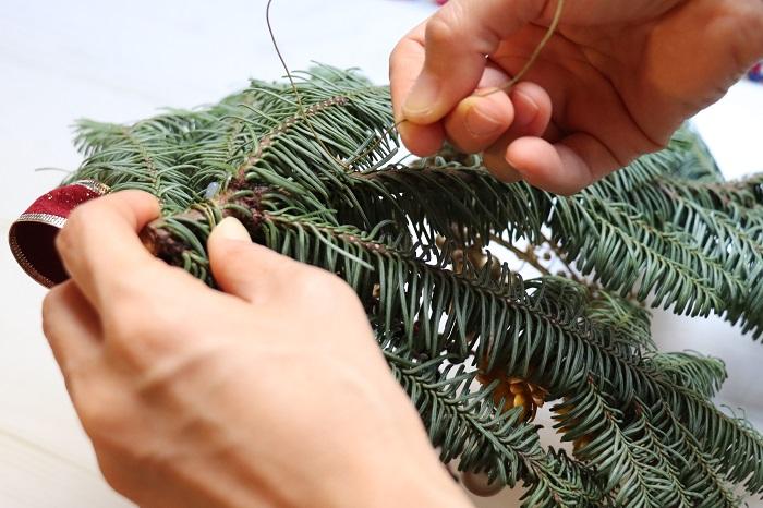 もみの枝の裏側に、ワイヤーや麻紐などで壁にかけるための輪っかをつくります。