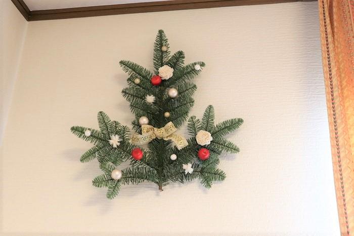 もみの枝の裏側に、ワイヤーや麻紐などで輪っかをつけて壁にかけて飾ります。