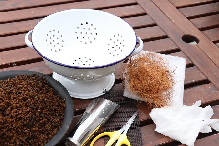 ・器 今回はホーロ製の水切り用ボウル(コランダー)を選びました。 ・不織布または鉢底ネット ・肥料入り培養土 ・ココヤシファイバー ・土入れ ・はさみ ・ビニール手袋