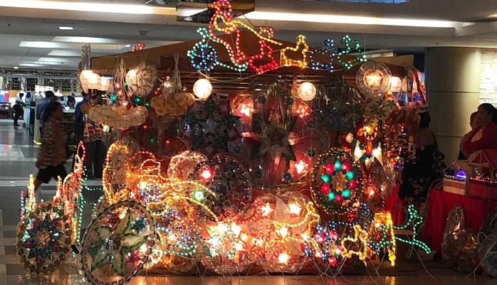 ショッピングモールの中で派手にピカピカ光るライトを売っているのを見つけました。  これは何ですか?と尋ねたところ「Parol(パロル)というライトでクリスマスの時期になると玄関に飾るものなのよ」と教えてくれました。