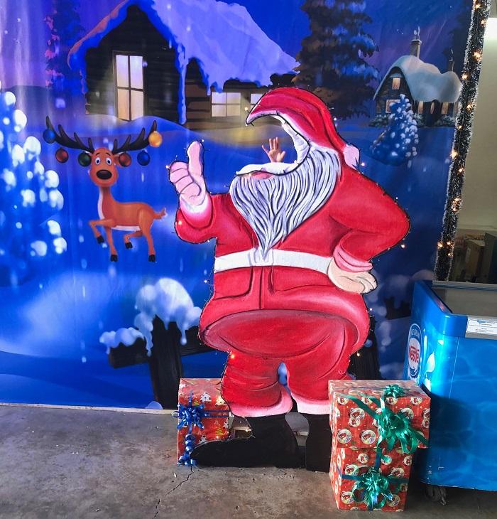 フィリピンにもサンタクロースは存在しますが、必ずしもサンタクロースがプレゼントをくれるわけではないんですね。また、クリスマスパーティーが盛んで、必ずその時にプレゼント交換が行われます。学校や職場でも100~150ペソ程度の予算でプレゼント交換があるようです。