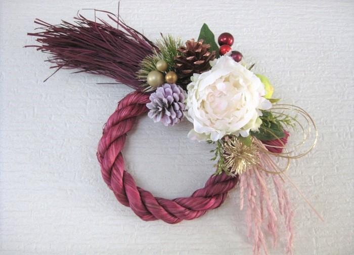 色付きのしめ縄に飾り付けすると華やかさが倍増しますね。