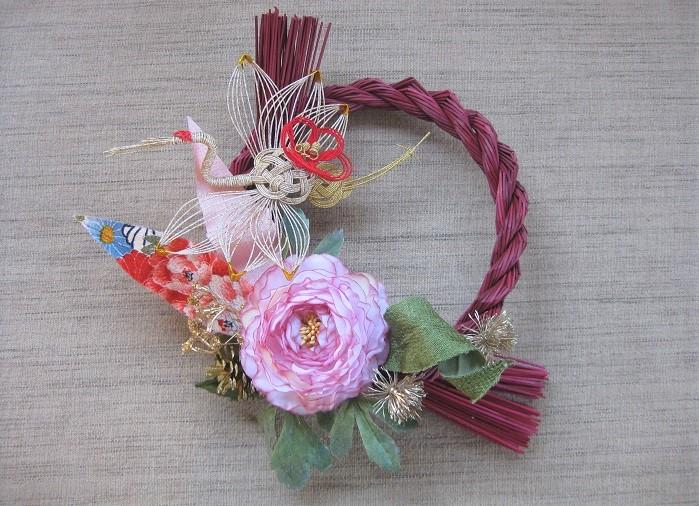 しめ縄を飾る向きもお好みで。和風のアイテムを使うとぐっとお正月の雰囲気が深まりますね。