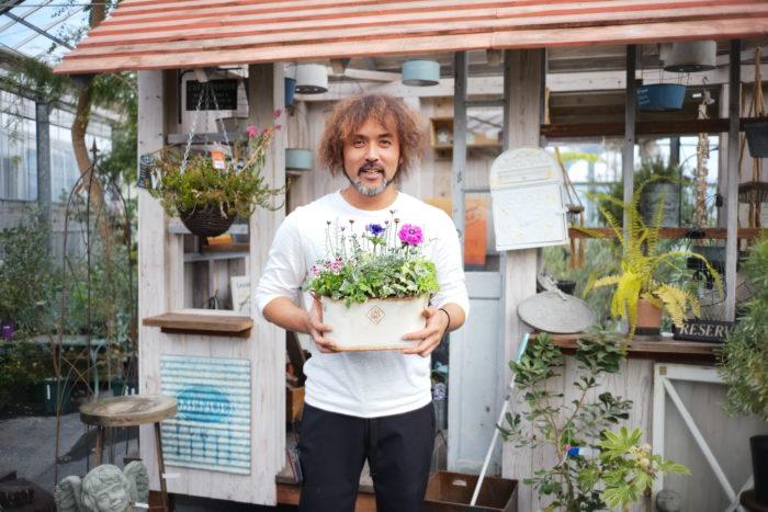 今回は有名園芸店マルシェオニヅカの店長を務める井上さんに監修いただき、二色のアネモネをメインにした寄せ植えを掲載。たくさんの花や葉ものがぎゅっと集まった可愛らしい寄せ植えです。  冬の寒い季節、綺麗な色合いの寄せ植えを見て、少しでも温まっていただけたら。  その他にも定番のエディブルガーデンや、皆様から応募いただいている読者投稿、この春に向けた園芸グッツ特集など内容盛りだくさんです。