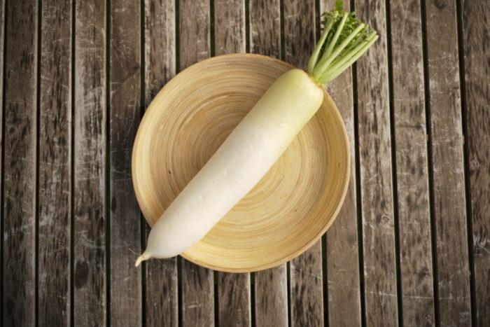 ・アブラナ科ダイコン属  ・原産地 地中海沿岸  大根は、日本には奈良時代に中国を経由して日本に伝わって来たと言われています。一般的に栽培されるようになったのは、江戸時代からで保存食として干して使われたりと暮らしの中に取り入れはじめました。古代エジプトでは4000年も前から、大根は栽培されていた人との古い繋がりがある野菜です。