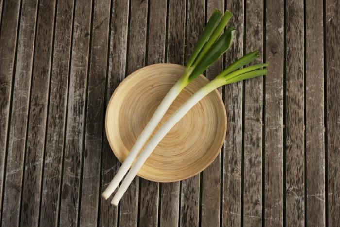 ・ヒガンバナ科ネギ亜科ネギ属  ・原産国 中国、シベリア  日本には奈良時代に渡ってきて、その頃から食用や薬味として楽しまれています。いろいろな料理の名脇役として活躍する野菜ですが。蕎麦には欠かせない薬味ではないでしょうか?