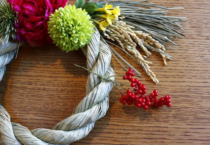 接着部分がグルーの高温で溶けてしまう花材は、ワイヤーを使ってワイヤリングして補強します。ひと手間かかりますが、ワイヤリングすると微妙な向きを調整することもできるのでおすすめです。