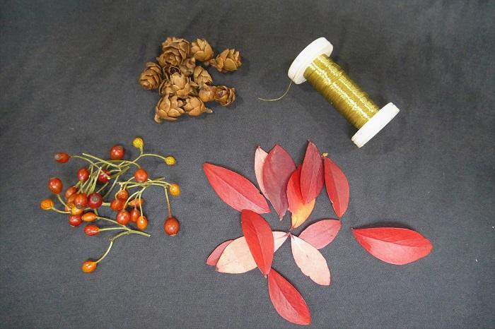 ブルーベリーの葉がこんなにきれいに赤く紅葉するって知っていましたか?真っ赤になったブルーベリーの葉を使った遊び心いっぱいのガーランドです。  ・ブルーベリーの紅葉した葉(南天の葉で代用しても可愛く作れます) 好きなだけ  ・野バラの実 好きなだけ  ・タマラックコーン(他の木の実でも) 好きなだけ  ・スプールワイヤー'ゴールド'#33(細くて巻いてあるゴールド色のワイヤーなら何でも) 1.5~2mくらい