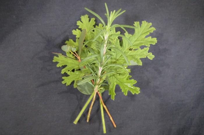 次にローズマリーやラベンダ―、針葉樹などを入れると厚みが出るので、立体的な仕上がりになります。