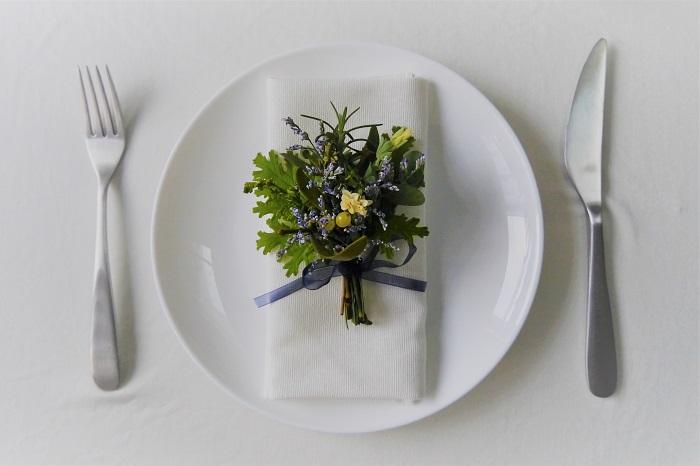 トーションとは、食事の際に使用するナプキンのことです。トーションフラワーは、テーブルコーディネートでセットされたトーション(ナプキン)の上に添える花のことを指します。トーションフラワー、ナプキンフラワー、テーブルナプキンフラワー、色んな呼び方がありますが、全て同じものを指しています。  ブライダルパーティーなどで良く使用される装飾です。お花1輪だけを飾っても良いですし、ミニブーケにするとまた可愛らしさが増します。  今回は冬にしか出回らない、ヤドリギを使ったトーションフラワーの作り方です。