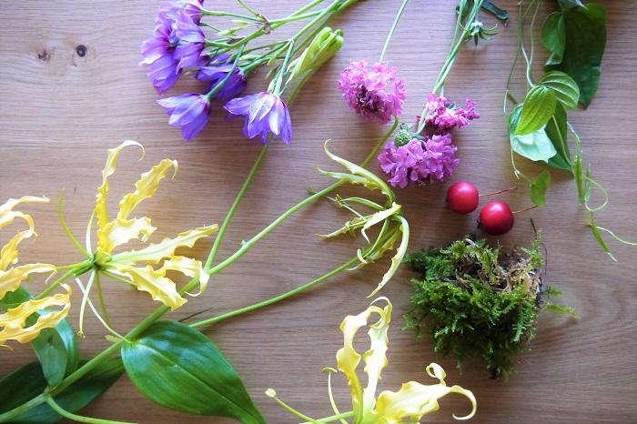 ・ハイゴケ ・グロリオサ・ステラ ・リューココリーネ ・スカビオサ(ピンク) ・赤い実(今回はクラブアップル) ・リキュウソウやトケイソウ、お庭に生えているツル植物なら何でも お花は、明るいポップな色で多色使いにしました。ビビッドな色を何色も合わせると強い印象になります。淡い色を何色も合わせると、ふんわり砂糖菓子のような印象になります。 お花屋さんの店頭で、好きな色の組み合わせを探してみてください。