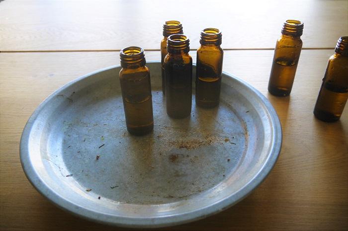 トレーや鉢皿にランダムに薬瓶を並べます。この時、右か左に薬瓶をグルーピングして置き、1本だけ離して置きます。こうすると軽やかさと自然な感じが出ます。