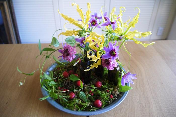 お正月に飾るお花にルールはあるのでしょうか。答えはイエスでありノーです。昔から大切にされてきた習慣である門松やお正月飾りは、神様をお迎えするための目印であり、依り代としての役割があります。神様にも伝わるように、松やしめ縄を使用します。  玄関や室内に飾るお花は、お家の人たちやお客様の目を楽しませる為のお花として、飾ります。新春を感じさせるような華やかなお花や縁起の良い花が良いとされていますが、最終的には、自分が「可愛い!飾りたい!」と感じたお花を飾るのが一番だと思います。