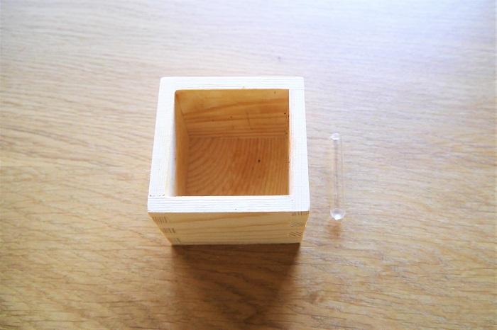 ・枡 ・小さなテストチューブ、または小さめの空き瓶やピックなど ・グロリオサ・ルテア ・ハイゴケ ・南天の実