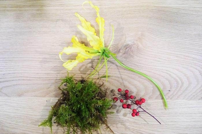 お正月の玄関に飾る和モダンなアレンジメント 花材 グロリオサ・ルテア ハイゴケ 南天の実