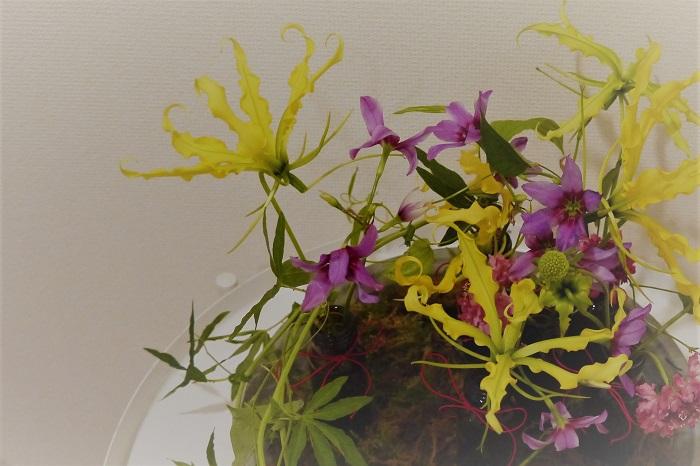 大掃除のタイミングで出てきそうな、薬の空き瓶を使ったアレンジメントです。ちょっとレトロモダンな雰囲気も出ます。 一つの花瓶にまとめてお花を飾るのとは違って、小瓶をいくつか並べることで、春の野原を思い出すような可愛らしいアレンジメントに仕上がります。 新年には明るい色のお花を飾って、お家の中にも春を迎え入れましょう。