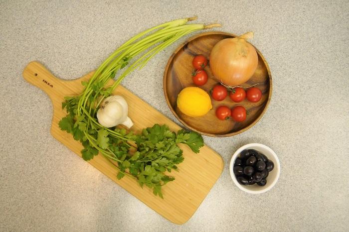 全ての材料を切って混ぜるだけ。とっても簡単なのに、ちょっと手が込んでいるように見えるマリネです。  グリル野菜にかけたり、バゲットやクラッカーを添えて召し上がれ。パーティーの前菜としても活躍してくれます。
