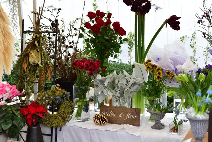 鎌倉山にアトリエを構えるatelier de fleurさん。自然の恵みだけで仕上げたシンプルでモダンなリースやスワッグの他、個性的で色調を抑えたトーンの生花も販売。ラナンキュラスやチューリップなどの春の花も並んでいました。