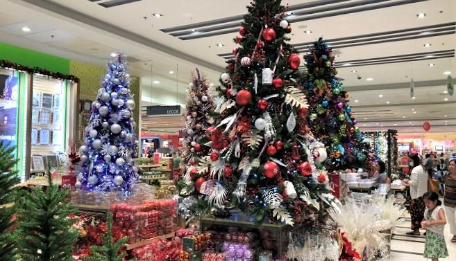 ショッピングセンターのホームデコール売場に大きなクリスマスツリーが飾ってありました。