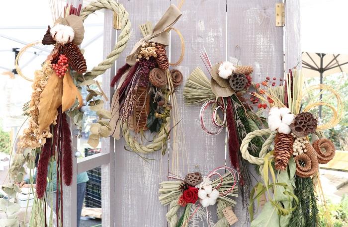 こちらは、ドライの植物やプリザーブドフラワーをしめ縄に飾り付け。スワッグ風のお正月飾りがとてもオシャレで感動しました。