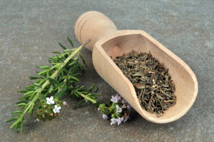 """タイム(Thym)という名前の由来は様々にあり、ラテン語で""""香り""""を意味するthymusや、ギリシア語で""""勇気""""を意味するthumus、同じくギリシア語で""""煙""""を意味するthyeinから来ているというように諸説あります。"""