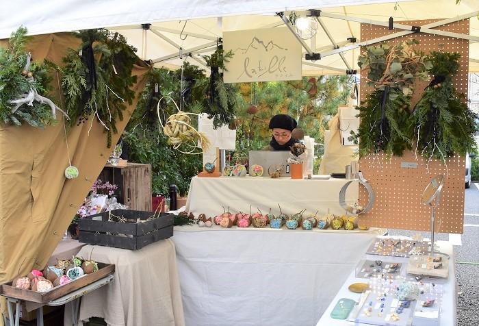 名古屋の花屋、ラフイユさん。  エバーグリーンが美しいスワッグや、植物素材を用いて表現をしたオブジェ、アクセサリーが並んでいました。