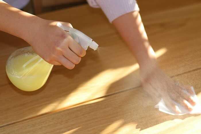 普段なら捨ててしまう「みかんの皮」を掃除の新兵器として生まれ変わらせるアイデア、みかん水。このみかん水は柚子(ゆず)でも作ることができます。ナチュラルクリーニング派の方におすすめです。柚子(ゆず)の香りに満たされると、大掃除もはかどりますね。