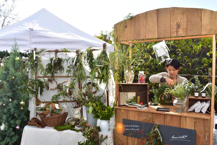 教室を中心に、不定期で出張花屋をされているhanauta#さん。お手製のスタンドがとても目立っていました。hanauta#さんは植物療法もされいるので、今回もフラワーエッセンスを販売されていました。