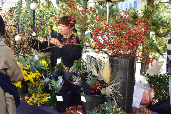 吉祥寺の花屋、hibiさん。生花の他、クリスマスが終わっても飾れるツリーやリースが販売されていました。