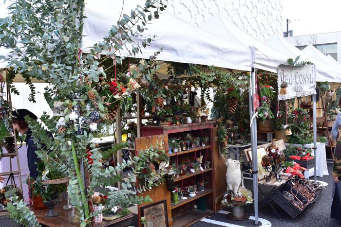 名古屋の花屋、PEU・CONNUさん。クリスマスリースやスワッグ、アレンジメントなどが販売されていました。