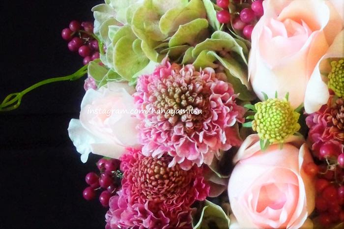 スカビオサは和名をマツムシソウと言って、日本でも自生している植物です。花屋さんの店頭に「スカビオサ」の名前で並んでいるのは、主にセイヨウマツムシソウです。色の種類が豊富で、様々なシーンで活躍します。  スカビオサは華奢な茎の先に小花を咲かせる、風を感じさせるような可憐な花です。バラやラナンキュラスなどの大きな覆輪の花の近くに入れてあげると、表情に複雑さが増します。