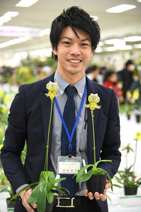 「もう一つおすすめしたいのが、こちらのセロジネ グリーンエルフ。セロジネは白い花のものが多いのですが、こちらは緑花。内側に模様も入った存在感がある花です。花も大きく、たくさん咲いて育てやすいので、ラン初心者にもおすすめですよ」  ※やまはる園芸で販売中
