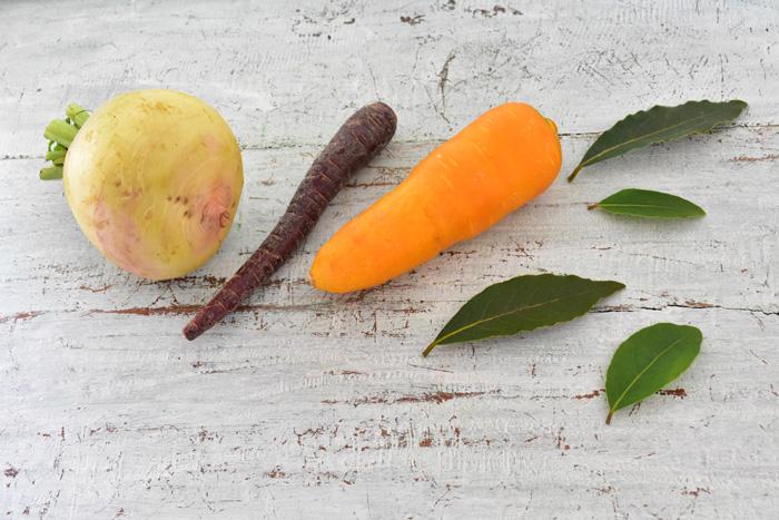 冷蔵庫の野菜室が昔と比べて劇的に進化しているものの、できれば野菜は新鮮なうちに食べ切りたいもの。でも、毎日料理していても、少しずつ野菜が余ってしまう時ってありますよね。野菜を保管するスペースにも限りがあるし・・・そんな余った野菜、大きすぎて保管できない野菜を、どんどん干し野菜にするのはいかがでしょうか。
