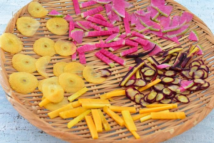 干し野菜の切り方のポイントは、薄く(細かく)切った方が、乾燥までの時間が短くなるということです。  材料をよく洗ってカットします。  今回は「短冊切り」と「ピーラーで薄くスライス」の2通りで作ってみました。作る料理によって、切り方を変えてみてもよいのでは。準備はこれだけ。簡単です!